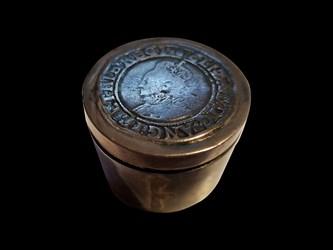 Elizabeth I Pillbox