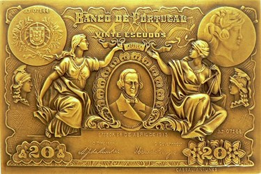 BANK OF PORTUGAL 20 ESCUDOS BANKNOTE AND MEDAL
