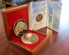 ARTICLE PROFILES PAPAL VISIT MEDAL CREATOR TOM URAM
